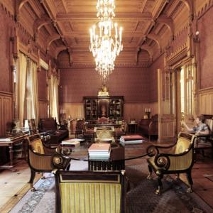 Дубовый кабинетс частично сохранившимся историческим интерьером. Здание Российской академии художеств на Пречистенке,21. Современный вид.