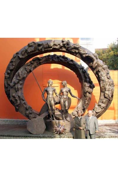 З.К.Церетели. Монумент, призванный мобилизовать усилия людей на борьбу со СПИДом. 2004. Бронза.Высота-7метров.