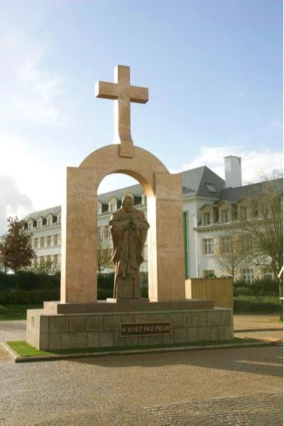 З.К.Церетели. Памятник Иоанну Павлу II. 2006 . Плоэрмель. Франция.